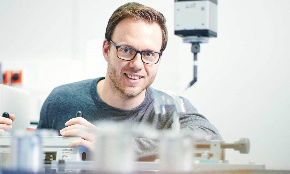 David Imgraben stellt die Qualität am 3D Koordinatemesssystem von Zeiss sicher